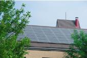 校舎屋根に設置された太陽光パネル