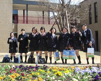 三日月花壇の前での記念撮影