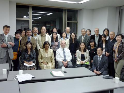 5月13日の日弁連「弁護士会館」で開催された意見交換会で。前列左から2人目がN.ピレイ・国連人権高等弁務官、右隣は、R.マンガバン・人権高等弁務官事務所アジア・太平洋局長(オーストラリア)。
