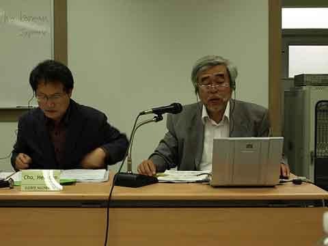 NGOの活動と核汚染への対応について説明する大橋教授。<br />左は、司会の「曺喜昖」教授。